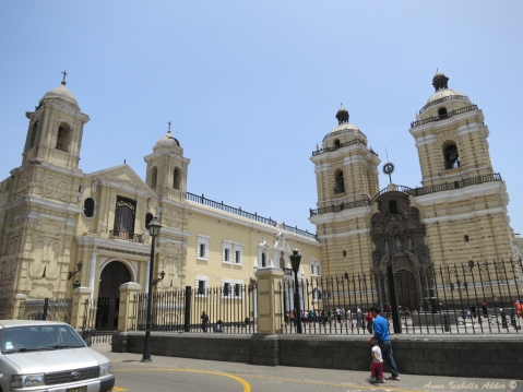 The outside of the Convento de San Francisco in Lima (in imposing Spanish baroque style without an inkling of Inka), which also has large catacombs downstairs. It also had courtyards inside with some beautiful contemporary Peruvian artwork on display.